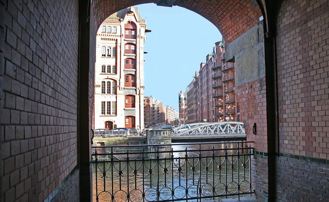 Hamburg Sehenswürdigkeiten: Kannengießerortbrücke und Speicher im Wandrahm im UNESCO Weltkulturerbe Speicherstadt Hamburg