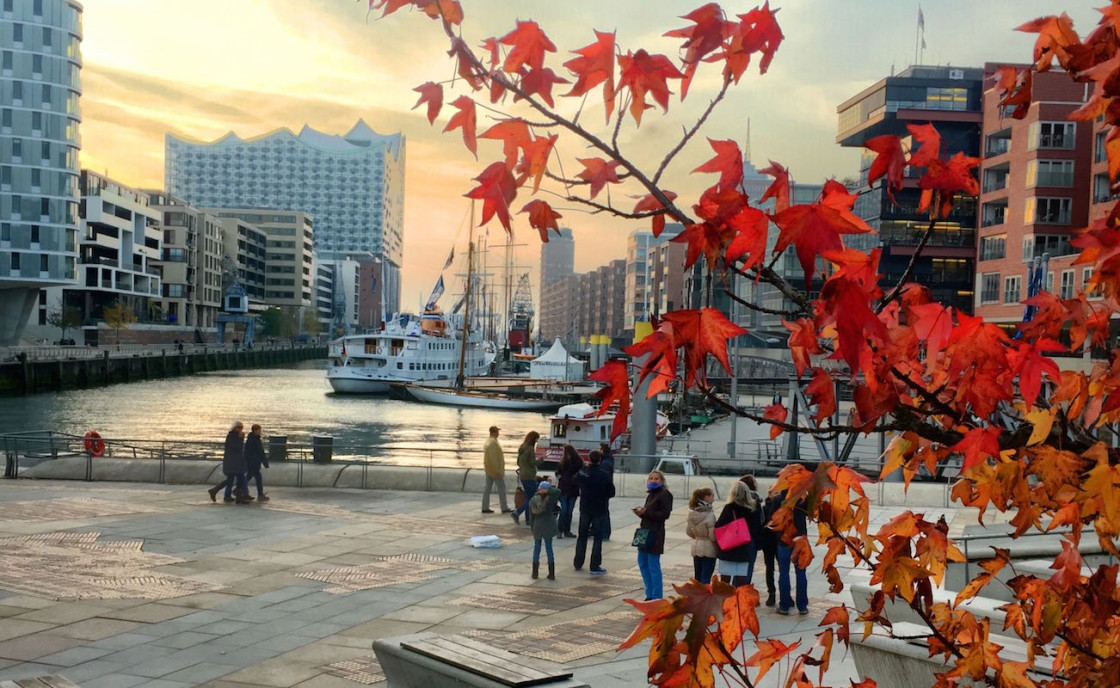 Hamburg Sehenswürdigkeiten: Sandtorhafen in der Hafencity Hamburg mit Elbphilharmonie im Herbst