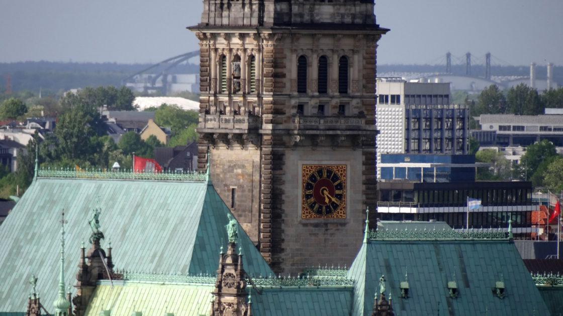 Hamburg Sehenswürdigkeiten: Ein Ausschnitt vom Turm des Rathaus Hamburg mit dem charakteristischen Grünspan auf dem Rathausdach