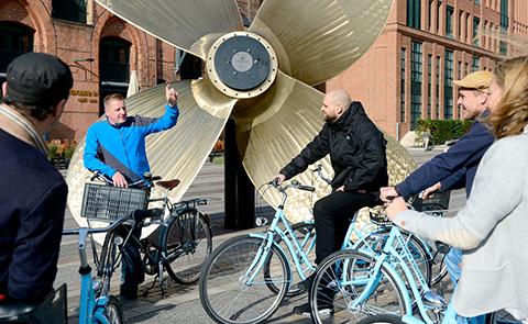 Fahrradgruppe in der Speicherstadt vor dem Maritimen Museum