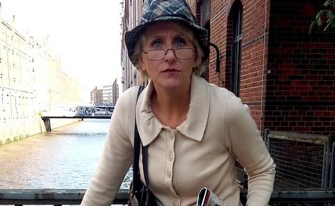 Schauspielerin vor dem Fleet in der Speicherstadt